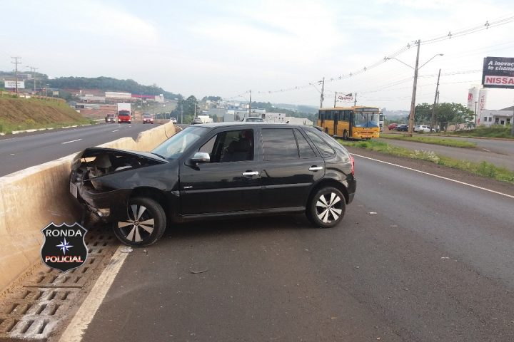 Mulher fica ferida depois de colidir carro em mureta de concreto na BR-480
