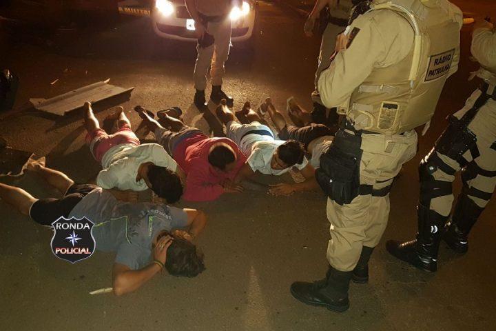 Veículo em fuga da PM colide em poste e cinco acabam detidos com arma durante a noite