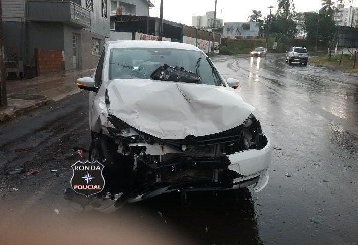 Motorista perde controle e colide em três carros estacionados no centro de Xanxerê