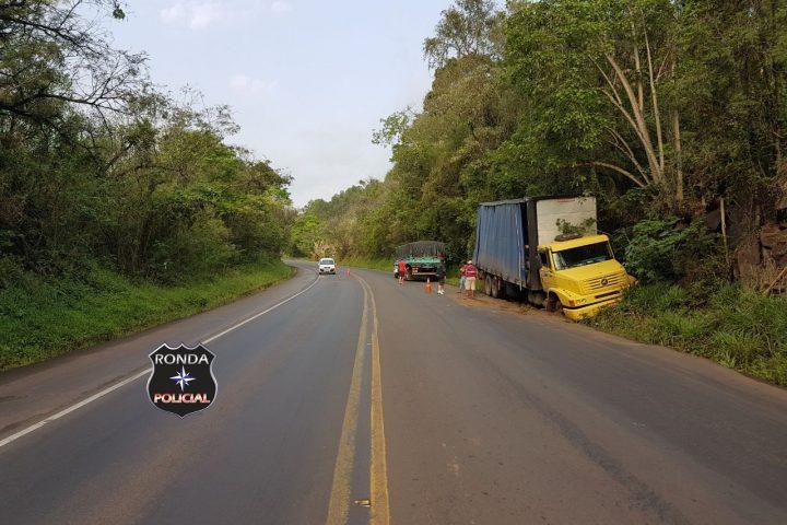 Caminhão colide em barranco na 282 depois de ficar sem freios