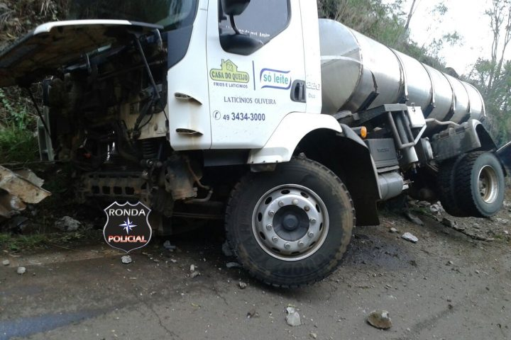 Caminhoneiro sofre fratura exposta nas pernas em grave acidente na SC-155