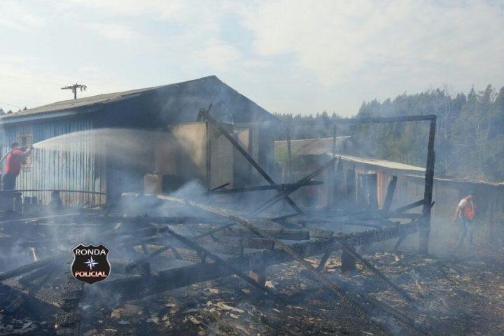 Incêndio atinge três residências no início da manhã