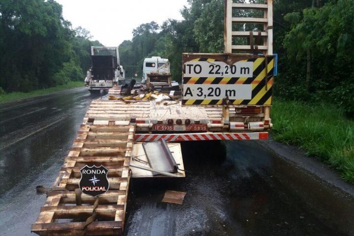 Colisão entre caminhão e carreta deixa trânsito lento na 282