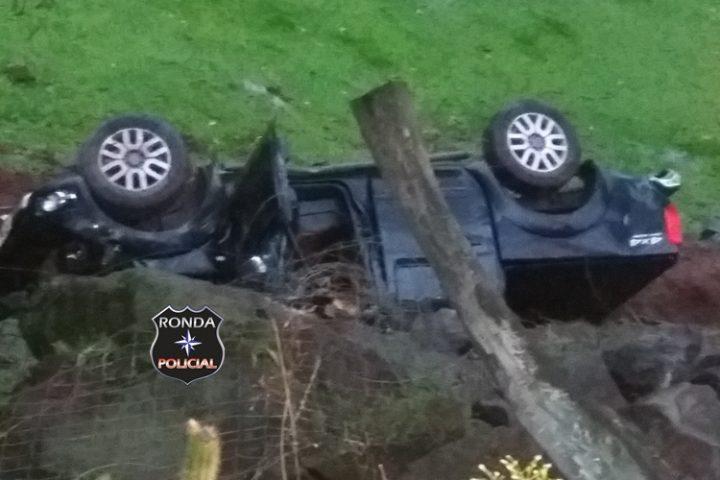 Árvore cai, atinge veículo e deixa idosa gravemente ferida