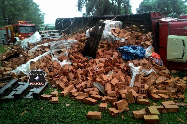 Caminhão de tijolos tomba e interdita BR-282