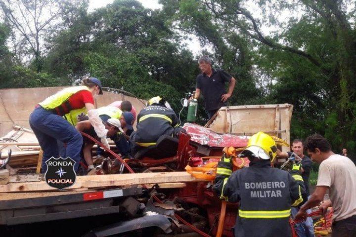 Caminhoneiro fica preso às ferragens em grave acidente na BR-282