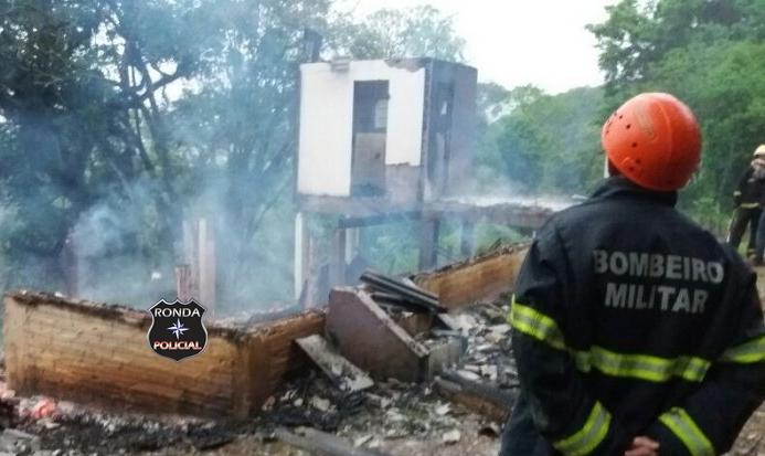 Residência é consumida pelo fogo após ser atingida por raio em propriedade rural