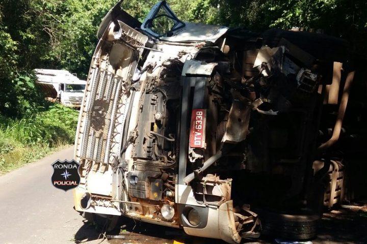 Idoso fica ferido ao tombar caminhão na SC-283