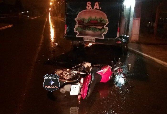 Mulher morre depois de colidir moto em trailer enquanto deslocava para o trabalho