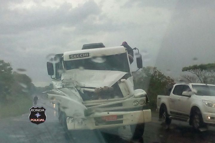 Colisão entre dois caminhões deixa trânsito lento na BR-282
