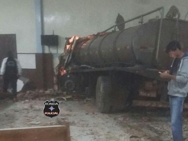Caminhoneiro morre depois de colidir veículo em igreja de comunidade rural