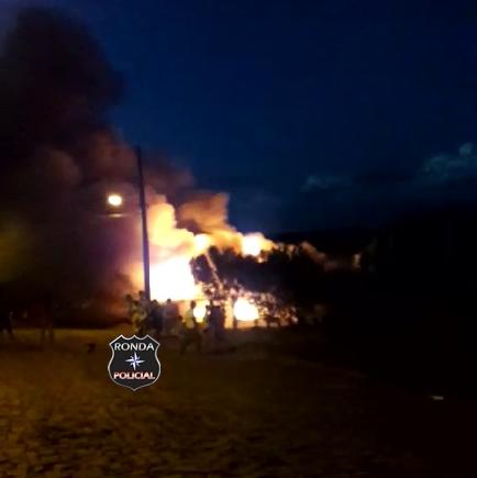 Incêndio consome residência durante a noite em Ipuaçu