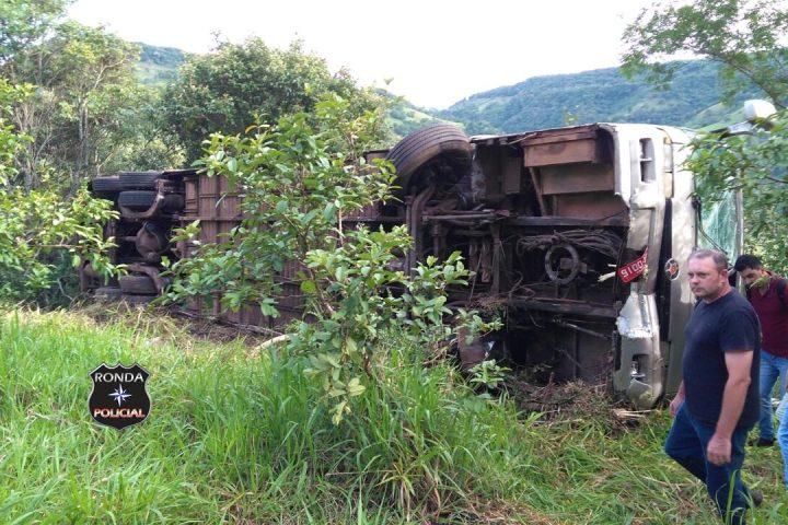 Ônibus que transportava acadêmicos à Chapecó tomba no final da tarde