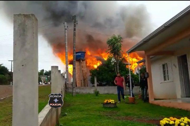 Fotos e vídeo: Incêndio em residência é registrado no centro de Bom Jesus