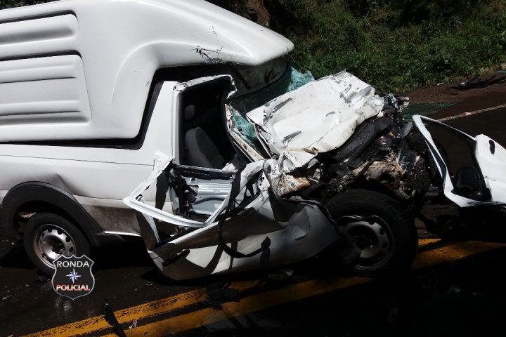 Jovem sofre graves ferimentos em violenta colisão entre pick up e ônibus