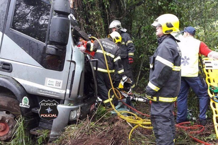 Caminhoneiro morre em grave acidente na BR-282