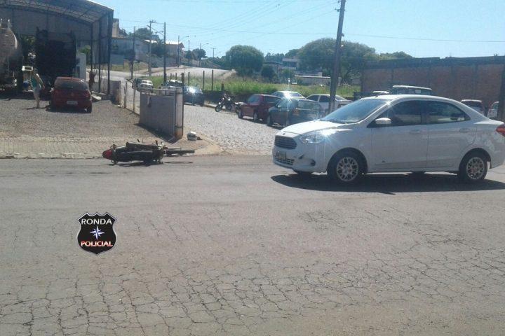 Motociclista fratura tornozelo em acidente no centro de Xanxerê