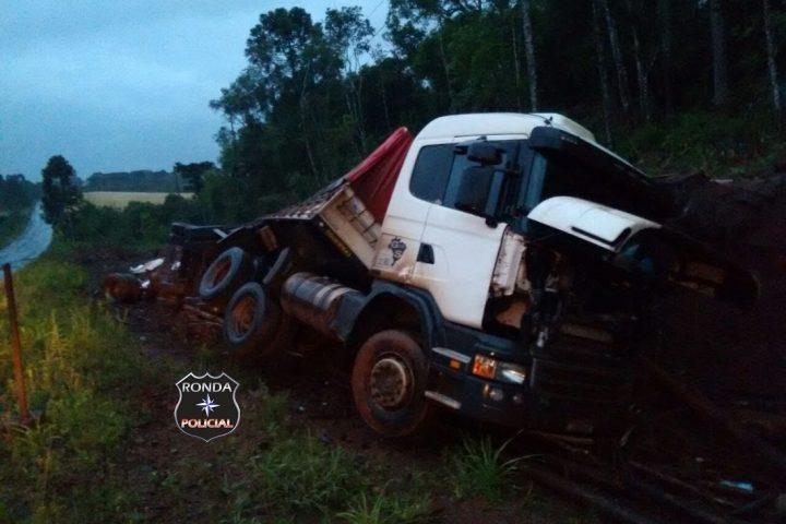 Caminhoneiro de Xanxerê fica ferido ao tombar carreta no extremo-oeste do estado