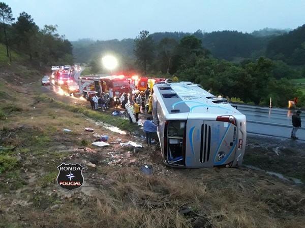 Ônibus tomba e deixa 28 pessoas feridas na madrugada