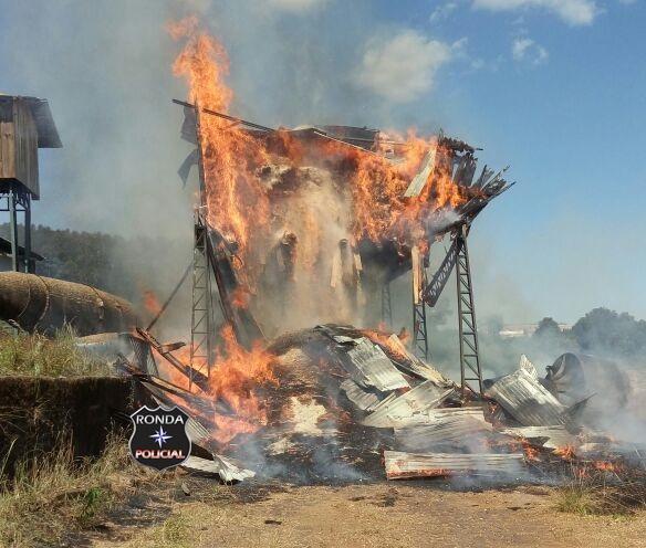 Bombeiros combatem incêndio em fábrica a margem da 282 em Xaxim