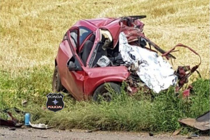 Motorista morre em grave acidente entre carro e caminhão de suínos