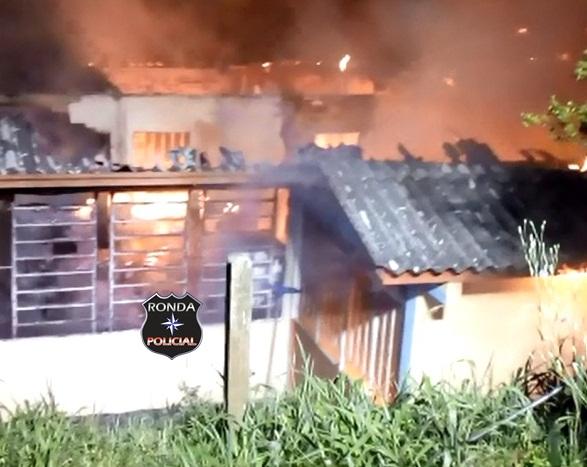 Fotos e vídeo: Bombeiros combatem incêndio em residência no Bairro Aparecida em Xanxerê