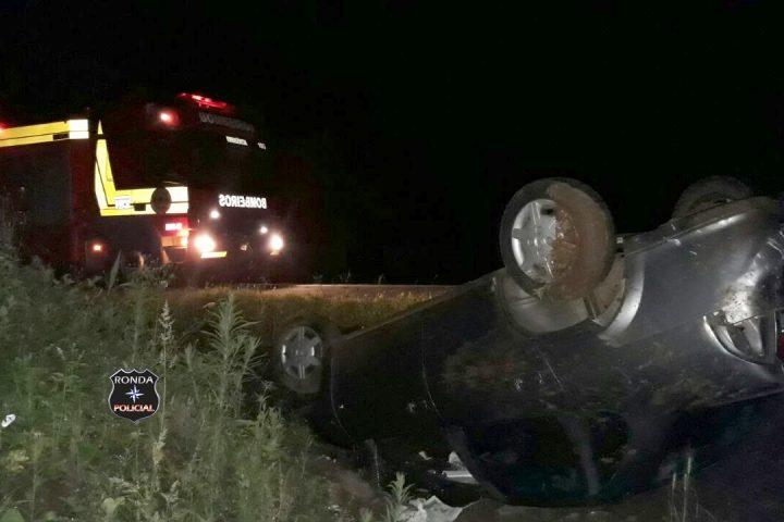Jovens ficam feridos ao capotar veículo durante a madrugada na 282