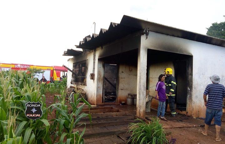 Bombeiros combatem incêndio em residência em comunidade rural