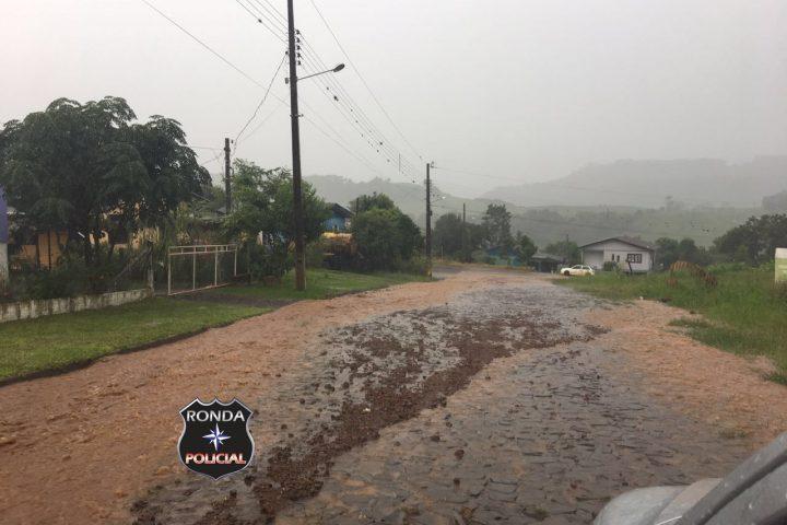 Chuva provoca alagamentos e deixa pessoas ilhadas no Oeste de Santa Catarina