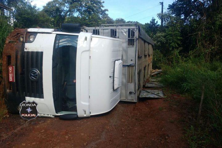 Caminhão de Xanxerê tomba em estrada rural durante a manhã