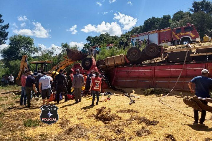 Duas pessoas ficam presas às ferragens em capotamento de caminhão durante a tarde