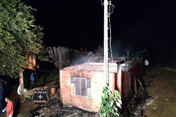 Casa é consumida pelo fogo durante a madrugada no interior de Lajeado Grande