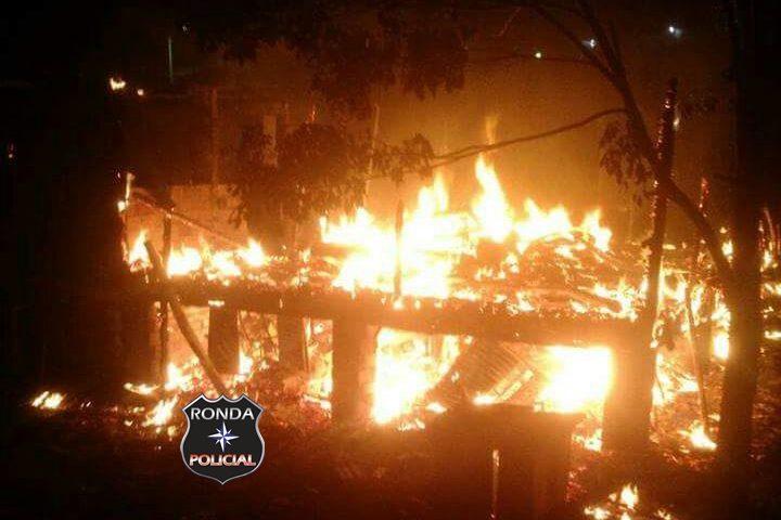 Casa é consumida pelo fogo durante a madrugada em Entre Rios