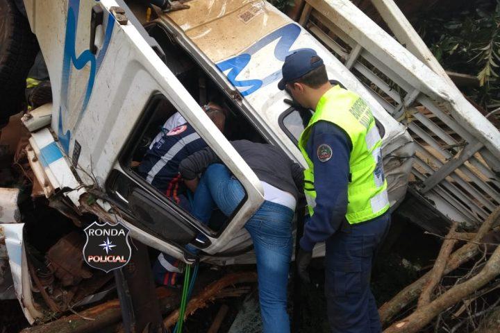 Caminhoneiro fica preso às ferragens em capotamento durante a tarde na SC-157