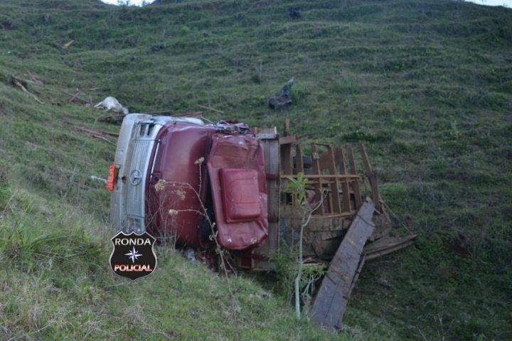 Uma pessoa morre e outra fica gravemente ferida em capotamento de caminhão