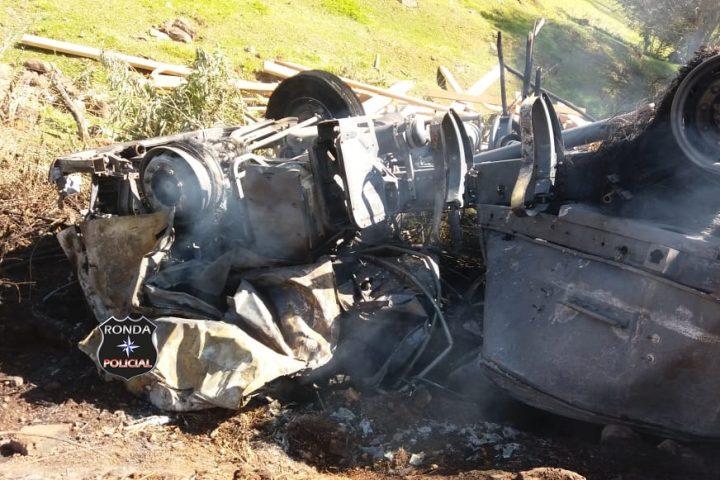 Carreta é completamente consumida pelo fogo após capotar a margem da BR-158