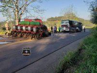 Trator fica destruído em violenta colisão com ônibus