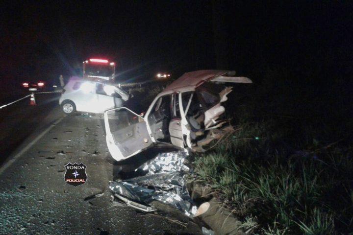 Carro parte ao meio e motorista morre em grave acidente durante a noite