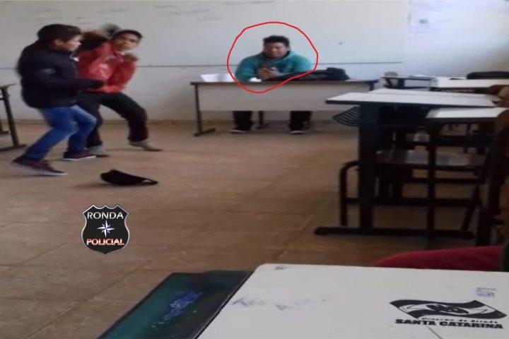 EXCLUSIVO – Professor é flagrado filmando briga de alunos dentro da sala de aula na regional de Xanxerê