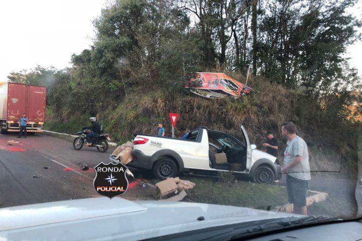 Violenta colisão deixa trânsito lento na BR-282