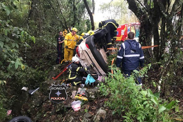 Uma pessoa morre e outra fica gravemente ferida em capotamento na 282