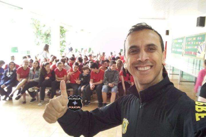 Policial Rodoviário ministra palestra educativa em escola em alusão à semana Nacional do Trânsito