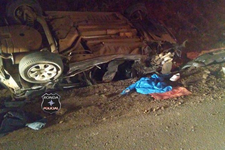 Motorista fica gravemente ferido ao capotar carro após colisão com carreta no início da noite