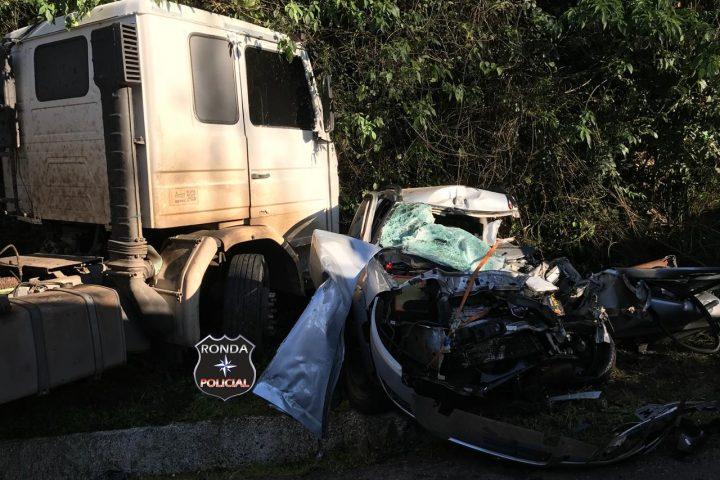 Motorista sofre graves ferimentos em engavetamento na 282