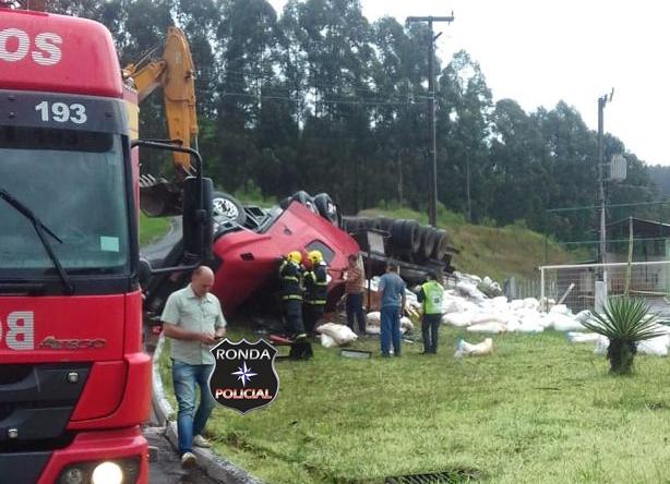 Identificado caminhoneiro que morreu em capotamento na SC-156 em Lajeado Grande