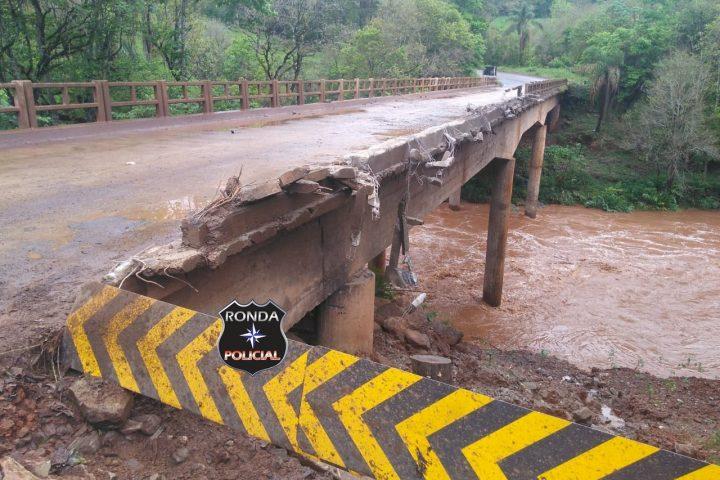 Caminhão cai da ponte sobre o rio Ariranha na SC-283