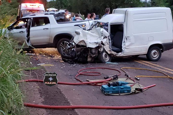 Motorista fica preso às ferragens em violenta colisão durante a tarde