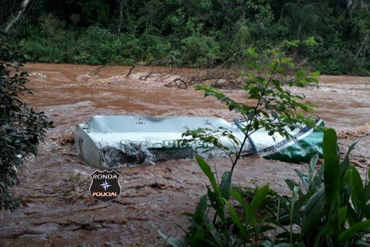 Polícia confirma vazamento de 10 mil litros de óleo diesel de caminhão que caiu em rio