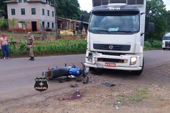 Motociclista sofre graves ferimentos ao colidir frontalmente com caminhão de Faxinal dos Guedes