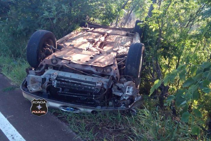 Motorista embriagado capota veículo a margem de rodovia na tarde de Natal